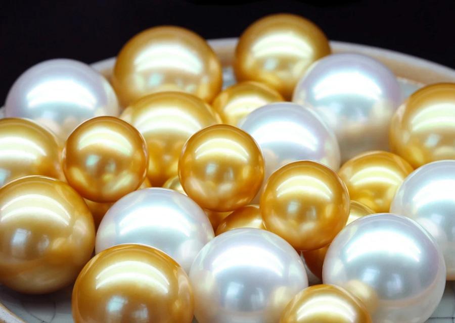 Les couleurs blanches et roses dorées des perles d'Australie