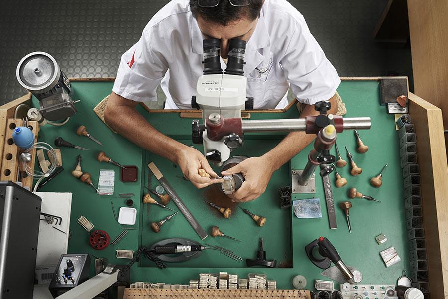 Après le difficile choix des pierres pour leur taille et leur couleur, l'art du sertissage s'exprime sur les montres Richard Mille RM71-02 Tourbillon Automatique Talisman.