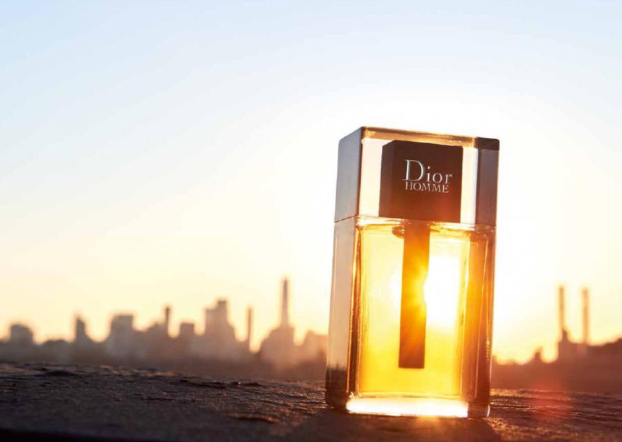 Un sillage doux et sensuel servi dans un bloc de verre sculpté très design et moderne.