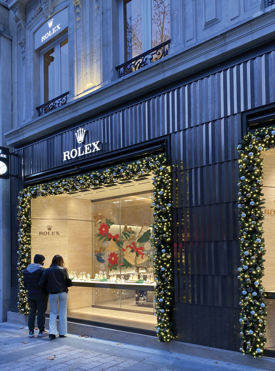 A la tombée de la nuit, il y a de la féérie à la boutique Rolex située au 71, avenue des Champs-Elysées à Paris.