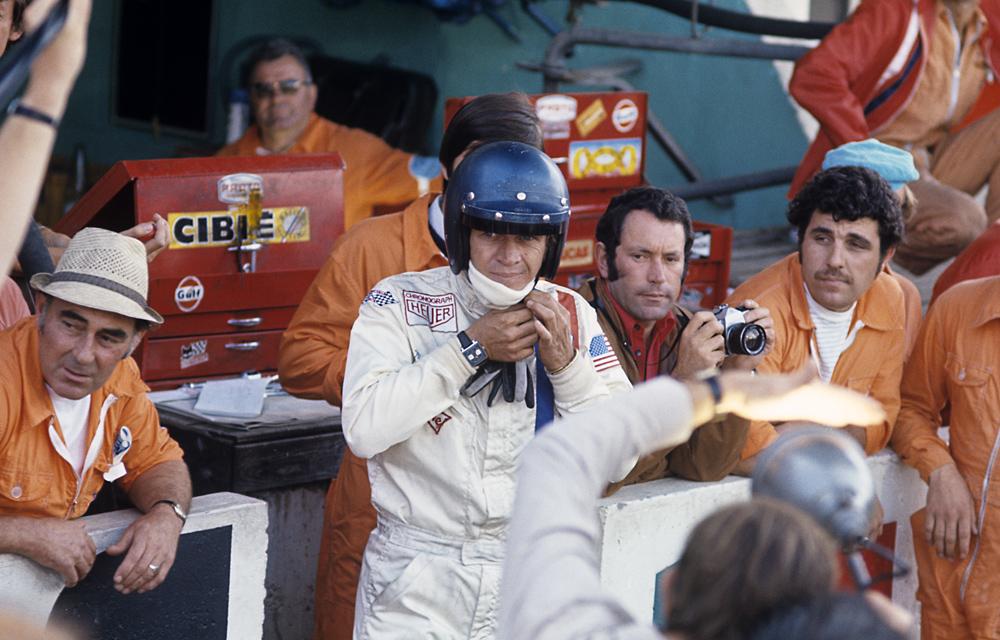 Steve McQueen et sa Heuer Monaco sur le tournage du film Le Mans, Haig Alltounian à ses côté - Photo Bernard Cahier-Getty Images