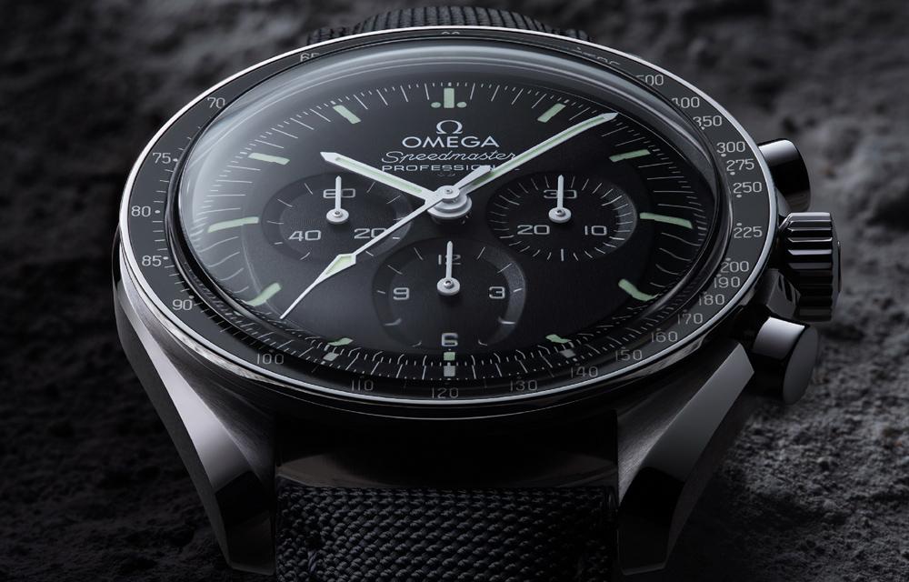 Comme les pièces d'époque, cette version de la Speedmaster Moonwatch Master Chronometer end cier présente un verre hésalite.