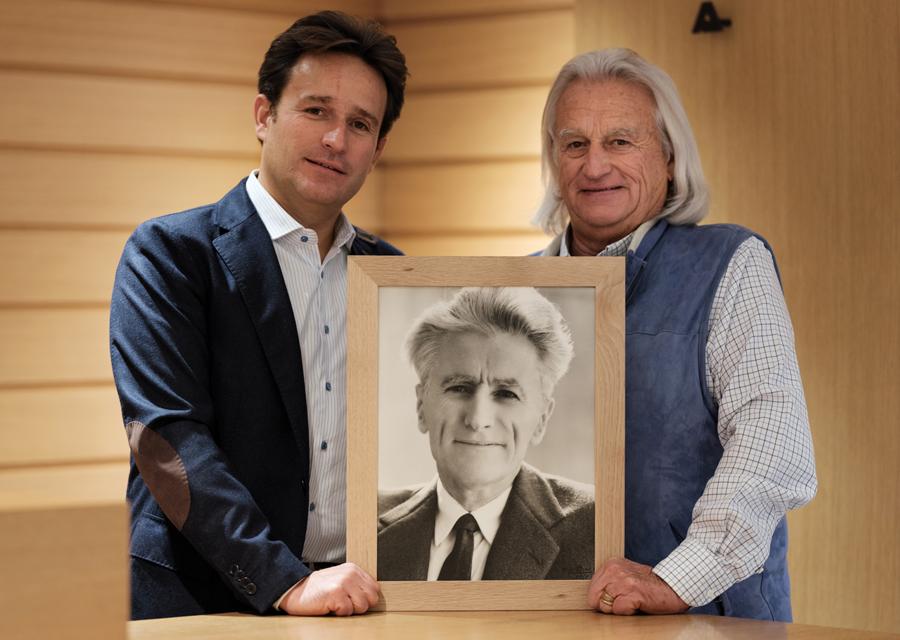 Antoine et Jean-Paul Allard et le portrait du fondateur Armand.
