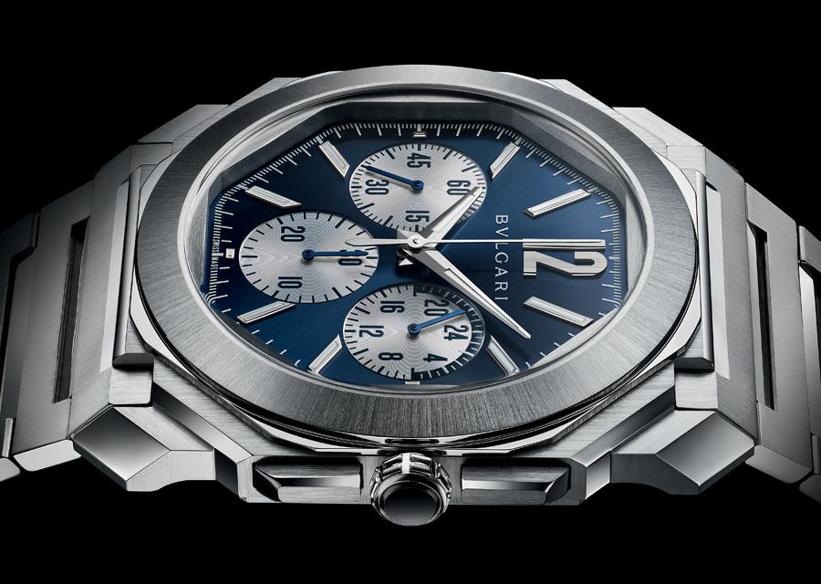Parmi les nouveautés Bvlgari de la LVMH Watch Week 2021, l'Octo Finissimo S Chronographe GMT possède un cadran bleu contrasté de compteurs argentés