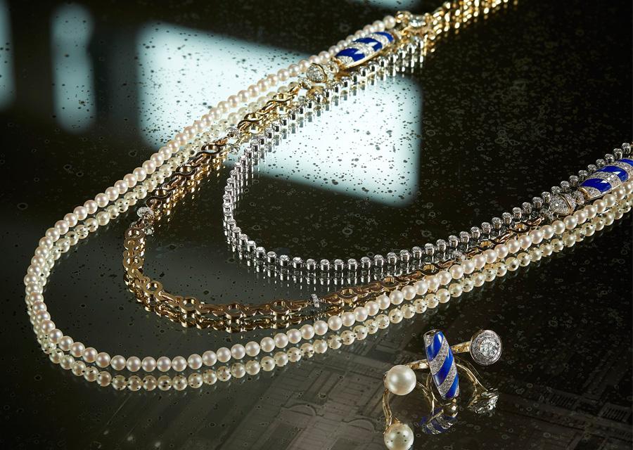 Le sautoir et les boucles d'oreilles VOLUTE VENITIENNE de la collection Escale à Venise de Chanel