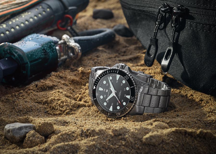 La montre de plongée Khaki Navy Scuba existe en différentes versions en acier