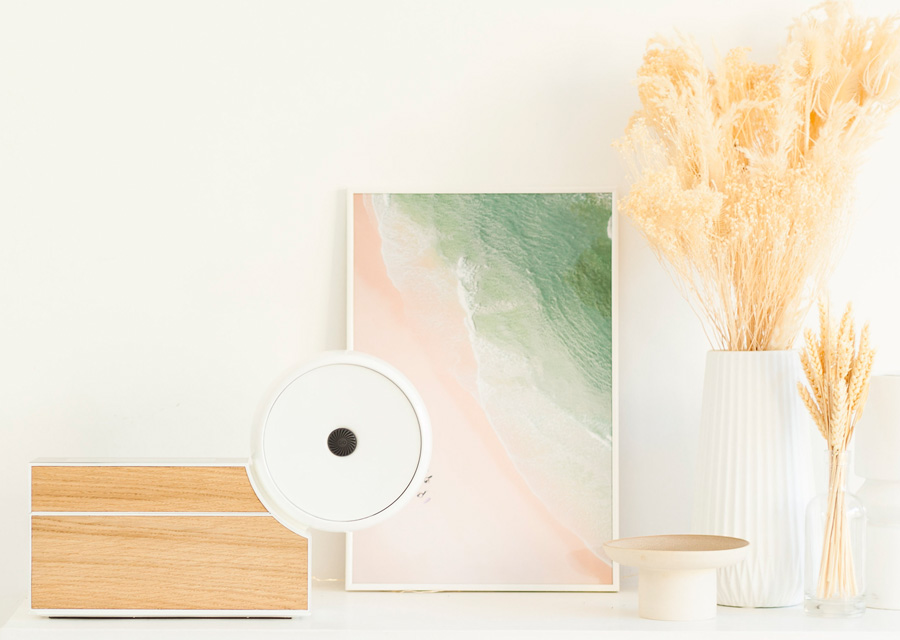 Le Compositeur de Compoz Parfum en version blanc laqué et chêne naturel