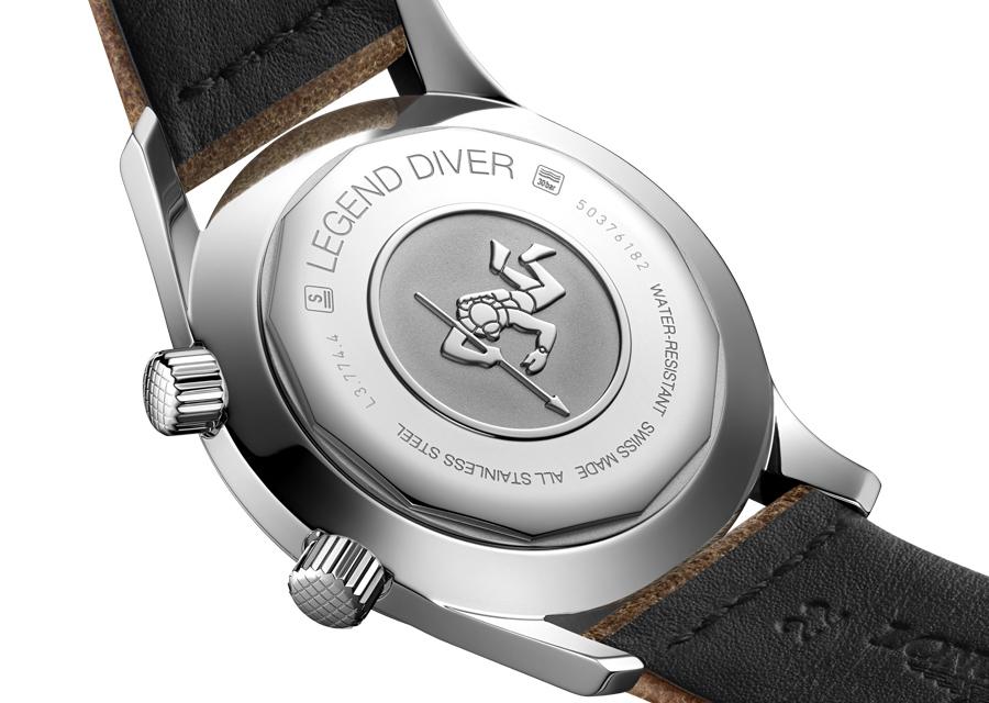 Etanche à 300 mètres, la Longines Legend Diver Watch possède un fond vissé gravé d'un petit plongeur
