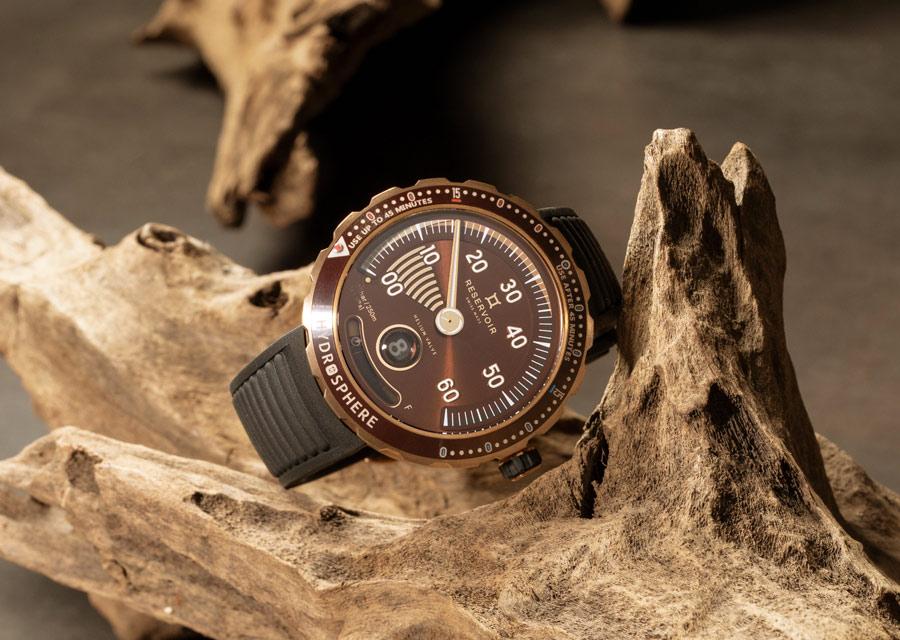 La montre Reservoir Hydrosphère Bronze propose une lecture originale des temps de plongée avec son aiguille rétrograde des minutes et lunette à double graduation.