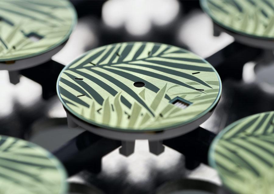 Fabrication des cadrans verts à décor palmiers dans les ateliers de la manufacture Rolex.