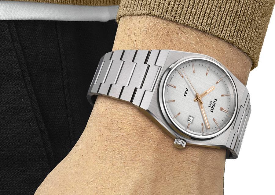 La Tissot PRX 40 205 à quartz dans sa version. cadran argenté brossé vertical