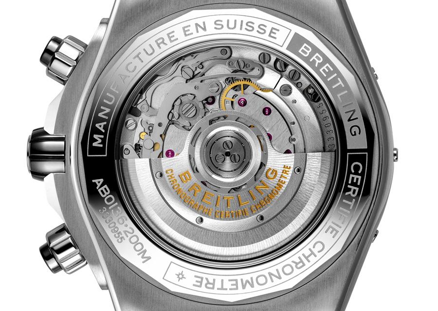 Sur les chronomètres Super Chronomat B01 44 de Breitling un fond saphir permet de voir le calibre