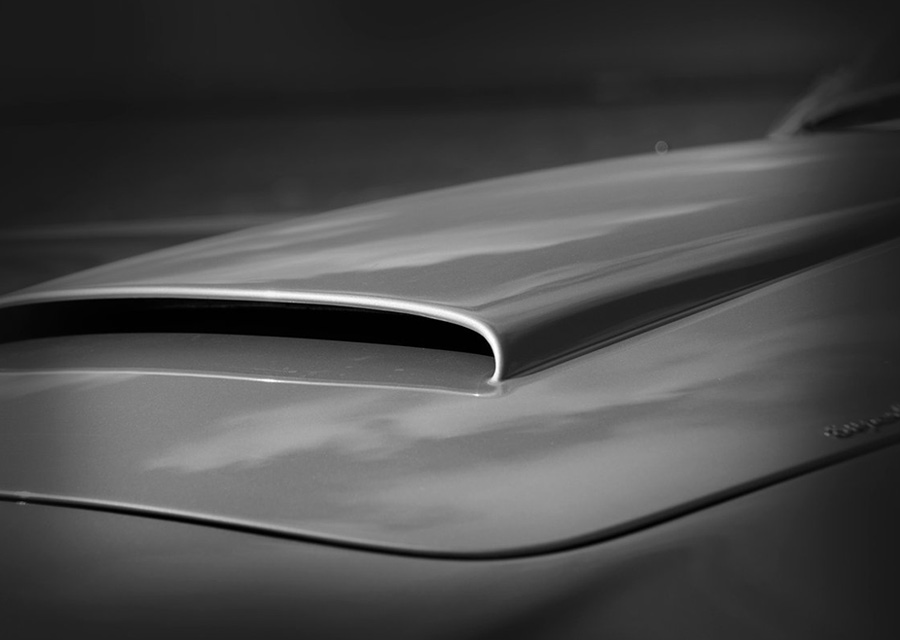 Atelier Jalaper fabrique ses cadrans de montres à partir de véritables capots d'anciennes Aston Martin DB5