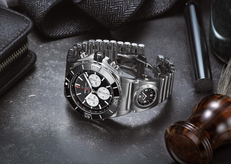 La Super Chronomat B01 44 dotée d'un module UTC intégré au bracelet