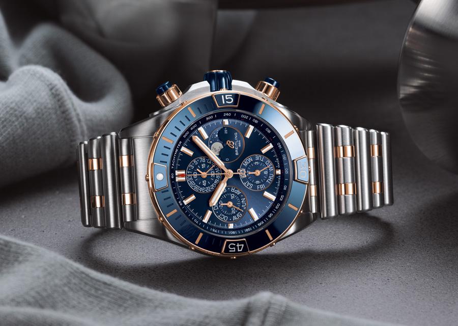 La Super Chronomat 44 Four-Year Calendar en version cadran bleu, lunette en or rouge et insert en céramique bleue