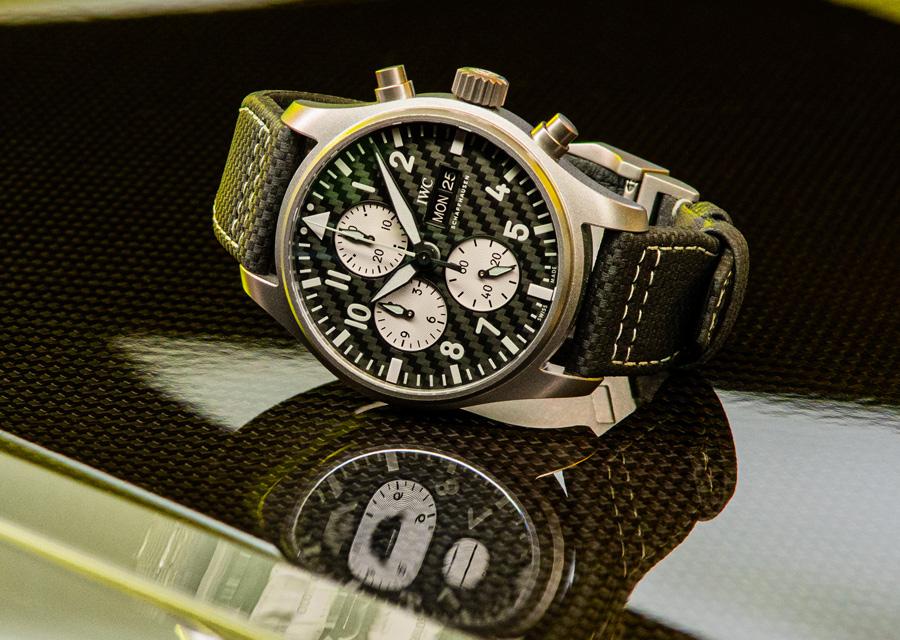 Encore une belle illustration des liens entre les montres et l'automobile avec le chronographe d'aviateur IWC - AMG en titane et cadran carbone