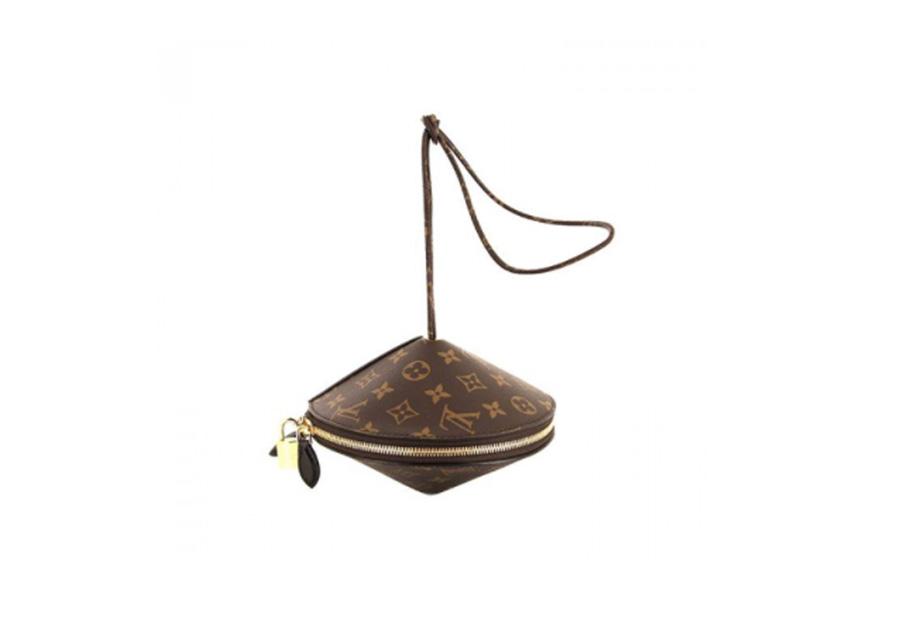 """Le sac """"Toupie"""" créé par Nicolas Ghespière, le directeur artistique des collections femme de la Maison"""