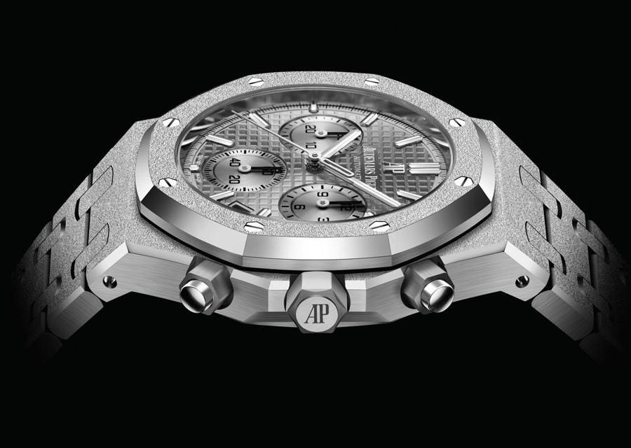 Le nouveau chronographe combine l'or gris martelé à un cadran de teinte gris clair