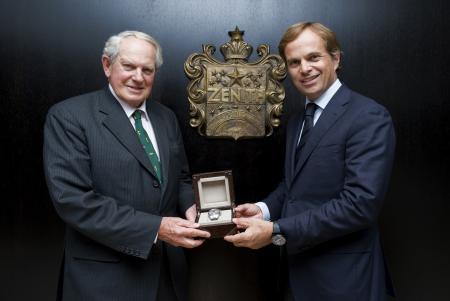 Le Colonel John Blashford-Snell recevant des mains de Jean-Frédéric Dufour, lors de sa visite à la manufacture, une El Primero 36 000 VpH