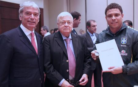 Jean-Marc Jacot (Parmigiani Fleurier SA CEO), Ricardo Teixeira (CBF President) and Ronaldo with the firts CBF Special Pershing watch.