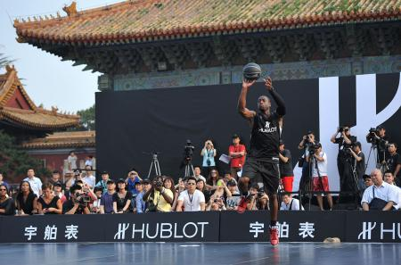 Hublot's new ambassador, Dwyane Wade scored baskets for 1 million RMB, which will be donated to The One Foundation.