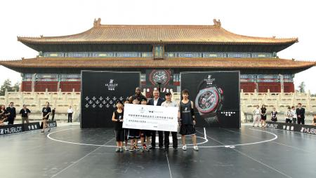 On behalf of Hublot and Wade's World Foundation, the check of one million RMB will be donated to The One Foundation to support a program to help children in China.