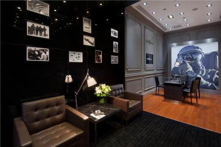 To find out comfortably watch collections Bell & Ross, the store has a cozy lounge.