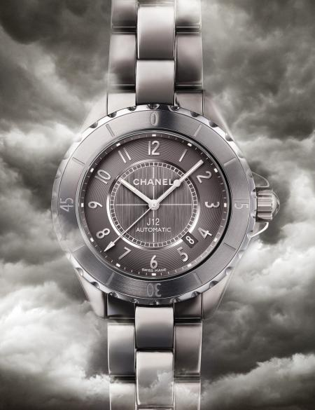 The J12 Chromatic in titanium ceramic : a shimmering watch.