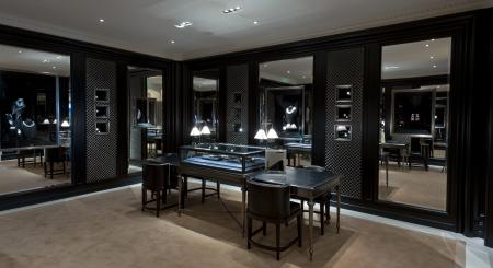 Intimate and luxurious, the salon dedicated to jewelry of the Ralph Lauren Avenue Montaigne boutique extends on 50 square meters and dispay too the iconic collection of Ralph Lauren Timepieces.