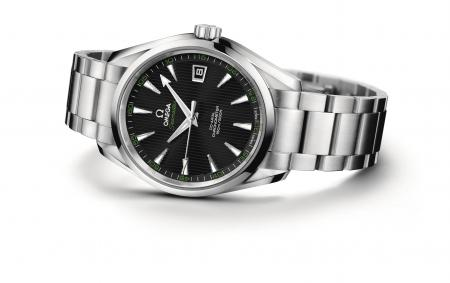 Dedicated to golf, the Seamaster Aqua Terra of 41.5 mm features elements of green color on the dial.