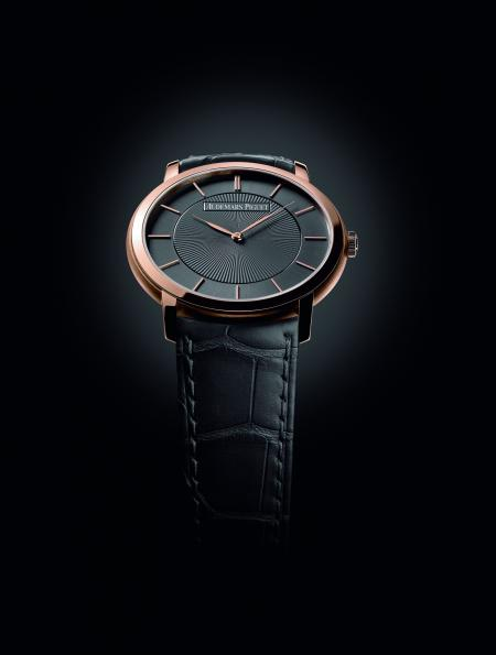 The Jules Audemars 'Bolshoi' is equipped with an extra-thin movement (barely 2.45 mm thick).