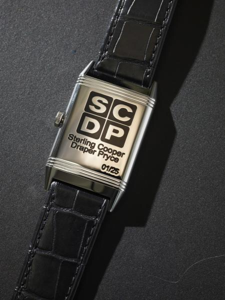 The Grande Reverso Ultra Thin Tribute to « Mad Men » features caseback the Sterling Cooper Draper Pryce Advertising Agency logo.