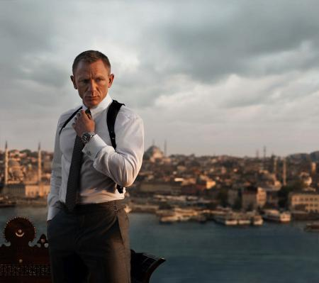 Daniel Craig is James Bond in Skyfall. He wears on the screen the Seamaster Planet Ocean 600M Skyfall Limited Edition.