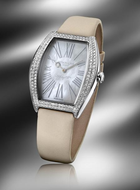 With the signature Patek Philippe and Tiffany & Co, this lady Gondolo timepiece (réf. 4987G) is edited at 25 pieces.
