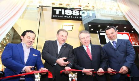 Tissot inaugurates its new store in Moscow. In the center, Vladislav Tretiyak, president of the Russian Ice Hockey Federation, and François Thiébaud, President of Tissot.