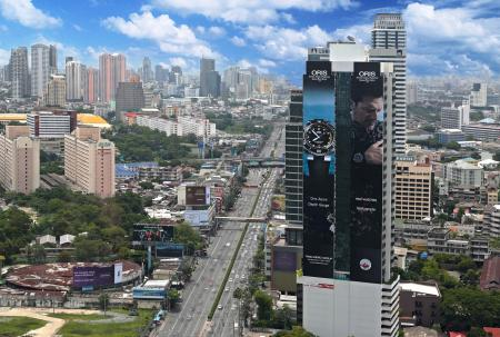 The Oris Aquis Depth Gauge mega billboard in Bangkok will be seen by an estimated 16 million drivers.