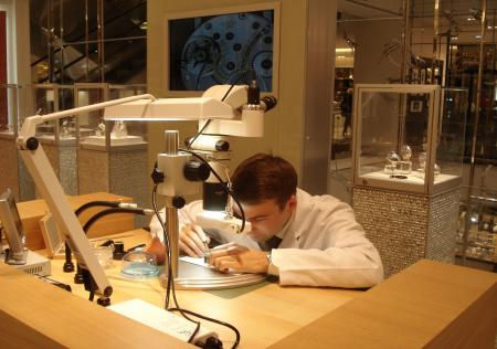 Watchmaking animation at Printemps Haussmann