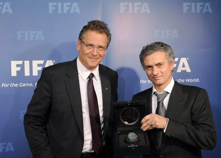 Une montre Hublot est offerte aux gagnants du FIFA BALLON D'OR 2010 (à droite, José Mourinho.)