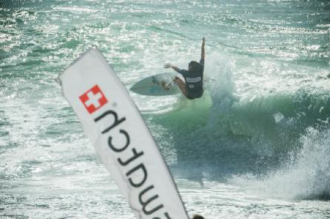 Swatch Girls Pro France : Courtney Conlogue on the top of the wave